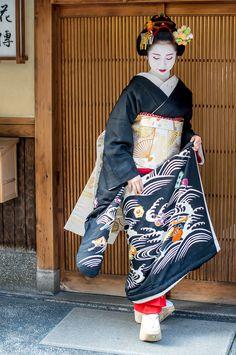 Geisha Japan, Japanese Geisha, Japanese Girl, Geisha Costume, Eastern Dresses, Photos Originales, Japanese Costume, Japanese Characters, Japan Photo