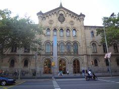 El edificio histórico de la Universitat de Barcelona, obra de Elies Rogent, vio la luz entre 1863 y 1882. Se trataba de la nueva sede de los antiguos Estudis Generals, fundados en 1450 y devueltos a Barcelona después de la clausura de la Universidad de Cervera en 1837. Elies Rogent se atrevió con una construcción neo-romànica proyecatada en la nueva Barcelona de fuera de las murallas. Los ciudadanos de Barcelona de entonces se quedaron estupefactos ante el imponente edificio.