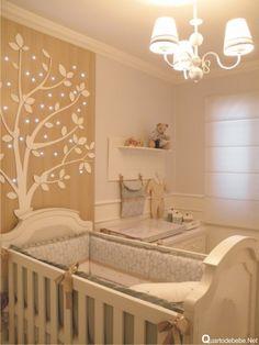 quarto de bebê com painel de madeira e iluminação em led