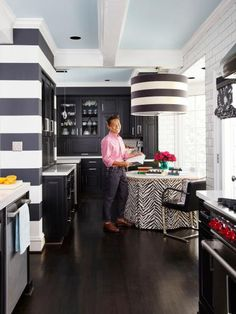 Trendy Kitchen Colors With Black Appliances Paint Spaces Farmhouse Style Kitchen, New Kitchen, Kitchen Decor, Kitchen Ideas, Kitchen Black, Kitchen Paint, Kitchen Inspiration, Black Appliance Paint, Vern Yip