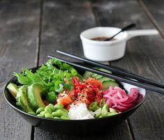 POKÈBOLLE MED LAKS OG SYLTET RØDLØK Poke Bowl, Frisk, Fish Dishes, Wok, Cobb Salad, Squash, Salmon, Quiche, Spicy