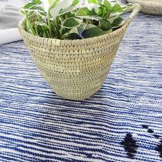 Cette pièce unique en laine est fabriquée à la main par des artisans avec une technique de tissage traditionnelle marocaine.  En tapis, en couverture, en dessus de lit ou en plaid, la pièce de votre choix adoptera un style bohème chic et beldi.