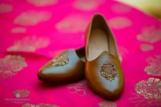Fab Indian Groom Footwear ideas - Juttis - A Groom's Must have Accessory 👞😎 - Witty Vows Sherwani For Men Wedding, Wedding Dresses Men Indian, Sherwani Groom, Indian Wedding Wear, Wedding Dress Men, Wedding Men, Trendy Wedding, Indian Weddings, Real Weddings