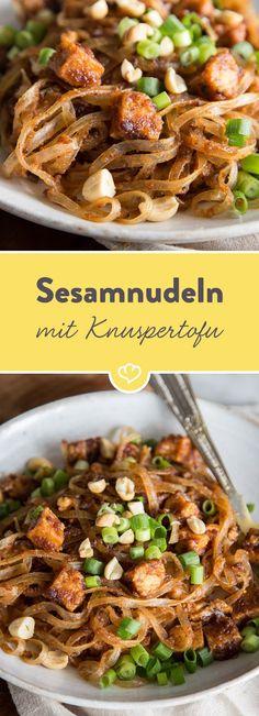 Ein schnelles Rezept, das dir Tofu von seiner schönsten Seite zeigt: Goldbraun, würzig und in Kombination mit leckeren Reisnudeln.