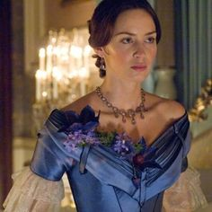 Emily Blunt as Queen Victoria in 'The Young Victoria', directed by Jean-Marc Vallée Emily Blunt, Victoria Tv Show, The Young Victoria, Reine Victoria, Queen Victoria, Beautiful Costumes, Beautiful Dresses, Vintage Gowns, Vintage Outfits