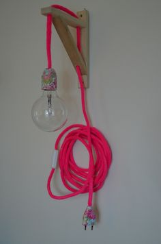 lampe baladeuse rose fluo Fiat Lux, Wire Art Sculpture, Diy General, Diy Lampe, Deco Luminaire, Spool Knitting, Deco Addict, Shabby Chic Homes, Neon Colors