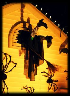 hilarious Halloween outdoor decoration : wayward witch crashes into an upstairs window ~ maybe she drank too much potion? Halloween Forum, Halloween 2013, Halloween Home Decor, Outdoor Halloween, Halloween Projects, Halloween House, Happy Halloween, Halloween Decorations, Rustic Halloween