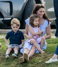 See Kate Middleton playing in the park with children Prince George and Princess Charlotte at the Maserati Royal Charity Polo Trophy at Beaufort Polo Club in Gloucestershire just one day after Trooping the Colour. Prince William Et Kate, Prince William Family, Prince George Alexander Louis, Prince Philip, Estilo Kate Middleton, Kate Middleton Style, George Et Charlotte, Duchesse Kate, Look Star