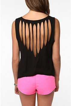 Cool DIY T-shirt Redesign Ideas Cool DIY T shirt Redesign Related posts: DIY: T-shirt with wholes… need to do this with the shirts I rarely wear Diamond Back T-Shirt – DIY Chic T-shirt Refashion Ideas with DIY Tutorials DIY T-Shirt Rekonstruktionen Umgestaltete Shirts, Cut Up Shirts, Zumba Shirts, Cut Up Tshirt Ideas, Cutting T Shirts, Ways To Cut Shirts, Diy Tshirt Ideas, Rave Shirts, Ripped Shirts