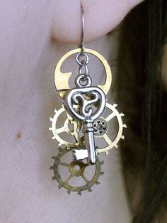 Style steam punk Steam punk earrings Steam punk earrings-Old cogs and jewelry findings Collar Steampunk, Steampunk Earrings, Steampunk Costume, Steampunk Clothing, Steampunk Fashion, Gothic Fashion, Steampunk Design, Steampunk Diy, Casual Steampunk