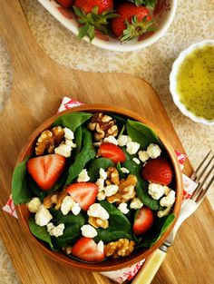 Strawberry Spinach Salad with Poppyseed Vinaigrette via The Live-In Kitchen #Vegetarian #WalmartProduce