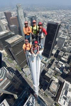 Such bravery of these Ironworkers atop of the spire at Wilshire Grand Tower in Los Angeles. Cool Pictures, Cool Photos, Funny Pictures, Funny Pics, Funny Memes, Photo Souvenir, Scary Places, Construction, Amazing Pics