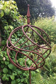 Metal Sculpture Wall Art, Metal Sculpture Artists, Metal Garden Sculptures, Art En Acier, Garden Wind Spinners, Metal Garden Art, Metal Garden Trellis, Metal Garden Ornaments, Rusty Garden