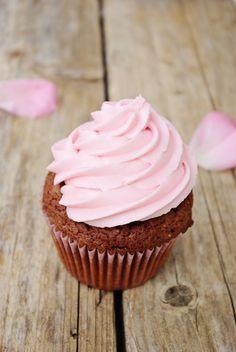 Je me rends compte que je n'avais toujours pas fait de cupcakes au chocolat et c'est chose faite ! Après avoir trop mangé de chocolat j'ai eu une période où je n'en avais pas plus envie que ça ! Mais il a suffit qu'on m'offre une boîte de chocolat pour...