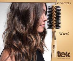 Las cerdas de jabalí tienen una especial capacidad para penetrar en el cabello, desenredando suavemente los nudos y aportando un brillo y un volumen excepcionales. Ideales para el cabello fino o escaso, y particularmente indicados para las extensiones. www.tekitaly.es/cepillos-jabali Waves, Long Hair Styles, How To Make, Handmade, Beauty, Brushes, Fine Hair, Hair Beauty, Extensions