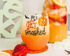 Fall Wine Glasses, Halloween Wine Glasses, Glitter Wine Glasses, Halloween Mug, Halloween Crafts, Halloween Decorations, Pumpkin Wine, Wine Glass Sayings, Wine Craft
