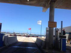 Puente Teodoro Moscoso 11:38 , esta es la entrada del pinte donde se encuentran dos banderas de entidades privadas. También quitaron las dos banderas de todo el puente que era algo que estaba mal ya que era ilegal por que las banderas no se pueden utilizar para decorar.