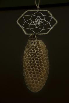 Dreamcatcher /acchiappasogni a forma di cella d'ape con favo naturale . Realizzato con l'aiuto delle api.