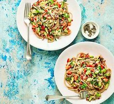 Use guacamole ingredients to make this low-calorie vegan linguine which can also be served cold as a pasta salad. It delivers on flavour and it's healthy Avocado Recipes, Veggie Recipes, Pasta Recipes, Vegetarian Recipes, Healthy Recipe Videos, Bbc Good Food Recipes, Cooking Recipes, Healthy Recipes, Cooking Ideas