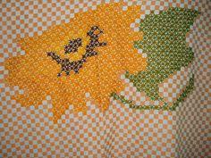 O ponto de cruz duplo é feito sobre o tecido xadrez.  A linha utilizada é a para crochê e  a agulha sem ponta, para ficar mais confor...