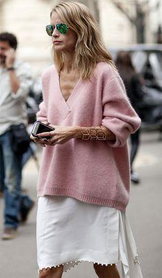 O bracelete deixa o look com maxi tricot e saia mais elegante.