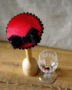 Fräulein Edel. Hütchen Headpiece rot schwarz samt von Billies goes Jazzafine auf DaWanda.com