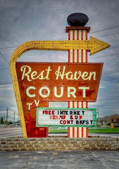 Rest Haven Court on Route 66 in Springfield, Missouri. Route 66 Road Trip, Polaroid, Historic Route 66, Vintage Neon Signs, Roadside Attractions, Old Signs, Googie, Advertising Signs, Neon Lighting