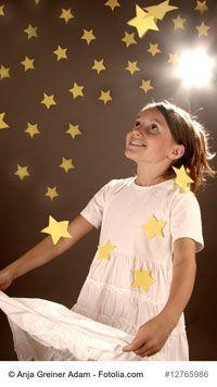 """""""Sterne fangen"""" – ein adventliches Sterntaler-Bewegungsspiel für Kinder. Das Märchen """"Sterntaler"""" passt wunderbar zur Adventszeit. Und das Bewegungsspiel """"Sterne fangen"""" ergänzt die Geschichte ganz hervorragend. Macht euch mit den Kindern auf, um in dieser Woche Sterne aufzufangen!"""