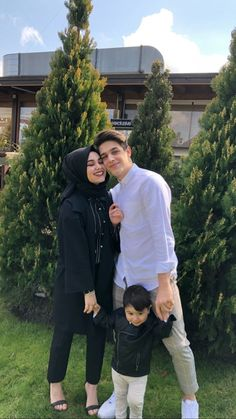 Beauty of life! Happy an complete family 😍 Cute Muslim Couples, Cute Couples Goals, Couple Goals, Wedding Couple Poses Photography, Couple Photoshoot Poses, Beautiful Muslim Women, Beautiful Hijab, Cute Relationship Goals, Cute Relationships