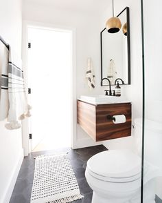 """O pendente de luz mais prum lado do espelho. AFTER// this bathroom is just a small guest bath, and super small. By using a floating vanity with a hidden drawer for storage, we made the space feel…"""""""