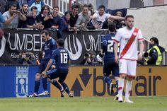 El Madrid salió vivo de Vallecas. Rayo, lluvia y barrio se unieron para preparar una emboscada al blanco que casi acaba con las aspiraciones madridistas a la Liga. Pero el día que todas las miradas estaban puestas en Bale, Bale ganó el partido. Con la inestimable ayuda de los de la franja roja, sin dedos en los pies de tanto tiro que se han pegado esta temporada.</p>