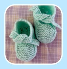 These little slippers match this little jacket and are translated from the Carmen Bécarès web site … Slippers For Girls, Baby Slippers, Knit Baby Shoes, Baby Booties, Tricot Baby, Random Kid, Bebe Baby, Kids Education, Baby Knitting