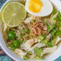 Soto Ajam is een kruidige, gele kippensoep. Bij de soep worden allerlei hapjes geserveerd, zoals groenten, ei, seroendeng. Het leuke is dat er allemaal...