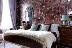 How the de Gournay dynasty decorate: Hannah Cecil Gurney's London flat Bed in Main Bedroom in A small flat with antique furniture & patterned wallpaper. Interior design ideas and inspiration from real homes on House & Garden. De Gournay Wallpaper, Chinoiserie Wallpaper, Home Interior, Interior Design, Luxury Interior, London Apartment, Trendy Bedroom, Bedroom Designs, Bedroom Ideas