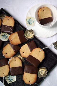 Leuk voor bijvoorbeeld een high tea-feestje: koekjes bakken in de vorm van een theezakje. Gaatje er in en zelfgemaakt labeltje er aan. Dopen in gesmolten chocolade. #high_tea #koekjes #theezakje #kinderfeestje