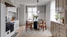 Arijana Heinrici säljer lyxvillan i Bälinge – så ser den ut Villa, Uppsala, Kitchen Stories, Duravit, Sonos, Kitchen Island, Table, House, Furniture