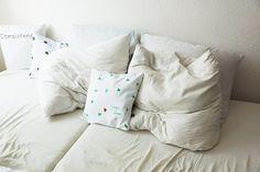 Kissenbezug grüne Dreiecke PERSONALISIERT von LeBoer auf Etsy | personalized pillow case with name, triangles