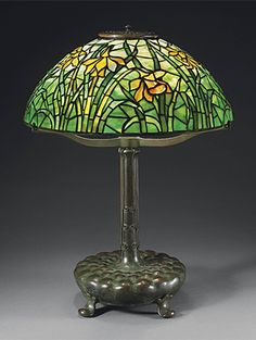 A DAFFODIL LEADED GLASS AND BRONZE TABLE LAMP, CIRCA 1910