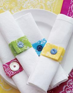 Bandana crafts - lots of cute ideas whether or not you use bandanas. I especially like these mix-and-match napkin rings. Button Art, Button Crafts, Button Hole, Bandana Crafts, Bandana Ideas, Bandana Colors, Sewing Projects, Craft Projects, Craft Ideas