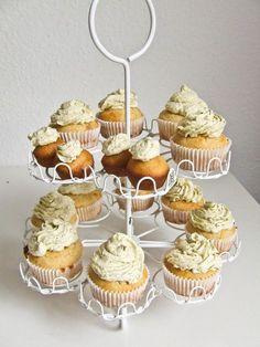 leckere Marzipan-Cupcakes mit pastellgrüner Pistazien-Creme  http://vickyslittlecakefactory.wordpress.com/2012/10/30/leckere-marzipan-cupcakes-mit-pastellgruner-pistazien-creme/