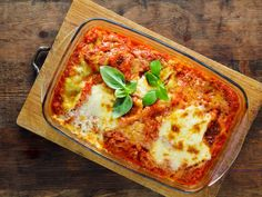 Traditional recipe for Lasagne alla Bolognese. Lasagne alla Bolognese is a typical dish of the Italian region Emilia-Romagna, specifically of the city of Bologna Healthy Lasagna, Baked Lasagna, Lasagne Recipes, Casserole Recipes, Pasta Casserole, Vegan Mince, Low Carb Recipes, Vegan Recipes, Butternut Squash Lasagna