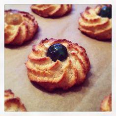 Lykkes Lækkerier: Kransekagekonfekt No Bake Desserts, Dessert Recipes, Tree Carving, No Bake Cake, Fudge, Deserts, Food And Drink, Yummy Food, Sweets