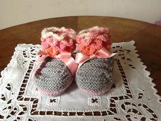 Chaussons bébé babybooties gris et roses avec rubans de la boutique Pizouboutik sur Etsy