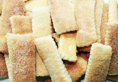 Sal amoníaco: Rosquinhas de Nata Apetitosas - bolacha de sal amoníaco - Biscoito natalino - bolacha simples - Doce de Canudo Assado - Rosquinha de nata com c. I Love Food, Good Food, Yummy Food, Biscuits, Whoopie Pies, Cake Cookies, Yummy Cakes, Sweet Recipes, Cookie Recipes