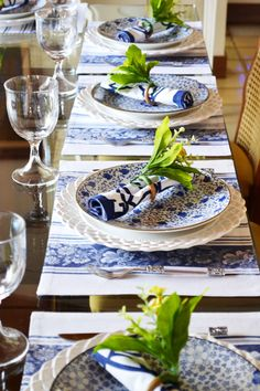 My Blue and White Abode Place Settings, Table Settings, Come Dine With Me, Outdoor Dinner Parties, Table Setting Inspiration, Ideas Hogar, White Dishes, Decoration Table, Tablescapes