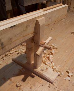 Skottbenken til Robert Nilsen er basert på ein av dei to gamle skottbenkane som er i samlinga til Helgeland Museum i Mosjøen. Vi hadde tilgang til dei originale benkane i kurslokalet vårt. Begge dei gamle benkane var utstyrt med skruvar for fastspenning av borda. Foto: Roald Renmælmo