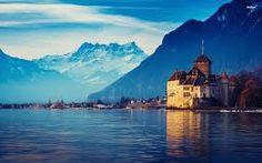 Castel Chillon, Switzerland Schloss Chillon - Dieses Wasserschloss liegt auf einer kleinen Felsinsel im Genfersee in der Nähe von Montreux. Wegen seiner Aussicht auf die Alpen und den See ist es eine der beliebtesten Sehenswürdigkeiten der Schweiz.