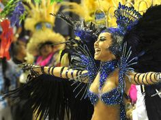 12 fev 2013 - Sabrina Sato desfila pela Vila Isabel no Sambódromo do Rio de Janeiro.