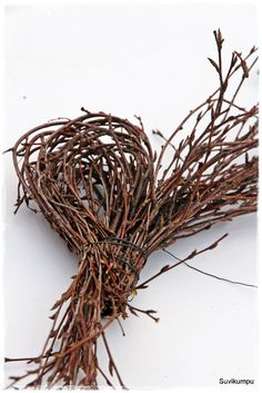The heart of the rib and how to do it. More help … – Wedding Dresses Twig Crafts, Diy And Crafts, Cozy Christmas, Christmas Wreaths, Willow Weaving, Gras, Wedding Hair Accessories, How To Make Wreaths, Natural Materials