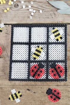 Les cases blanches seront en gris foncé et les ailes des abeilles en gris clair DIY - Homemade tic tac toe game from beads. Have a peek at the video on how to make your own game of Tic Tac Toe from beads. Perler Bead Designs, Easy Perler Bead Patterns, Hama Beads Design, Pearler Bead Patterns, Diy Perler Beads, Beading Patterns Free, Perler Bead Art, Weaving Patterns, Knitting Patterns